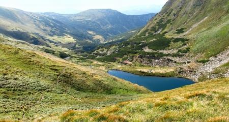 Lac dans les montagnes des Carpates en Ukraine photo