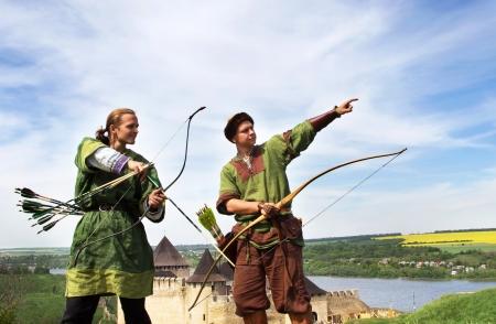 boogschutter: Boogschutters met pijlen en bogen in middeleeuwse kostuums Stockfoto
