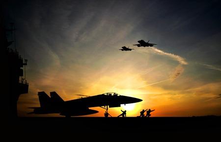 극적인 일몰에 항공 모함에서 이륙하기 전에 군사 항공기 스톡 콘텐츠