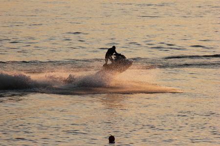 jet ski: moto de agua al atardecer