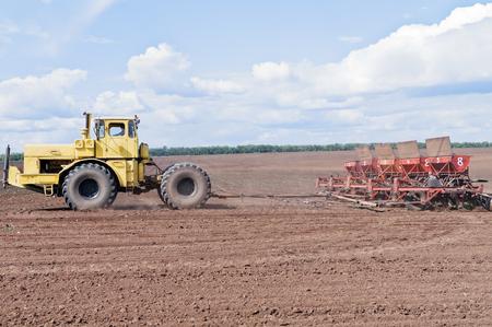 arando: Tractor con sembradora en el campo