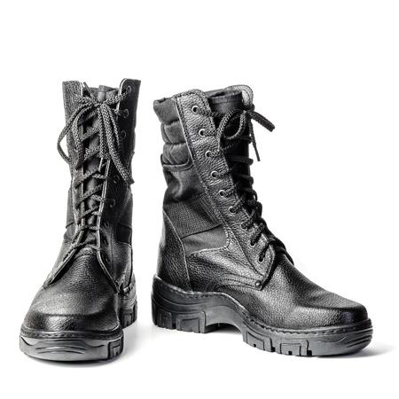 Botas altas negras. Botas militares con cordones. Aislado sobre fondo blanco