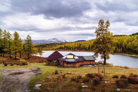 Roadside cafe for tourists on the shore of Lake Kidelu. Autumn taiga landscape. Ulagansky District, Altai Republic, Russia 版權商用圖片
