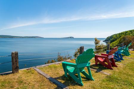 Sillones Coloridos.Sillones Coloridos Con Una Vista Del Hermoso Panorama Escenica En El Parque Nacional Cape Breton Highlands Canada