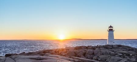 Panorama du phare de Peggys Cove au coucher du soleil (Nouvelle-Écosse, Canada)