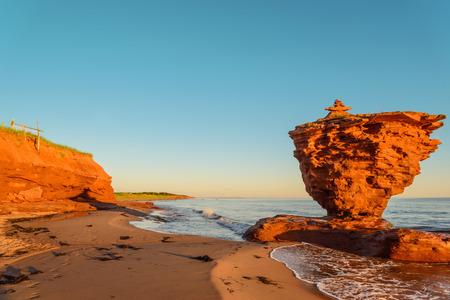 海の海岸の日の出 (雷入り江、プリンスエド ワード島、カナダ) 写真素材