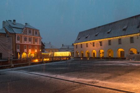 Sibiu, Rumania - 27 de noviembre de 2017: Primera nieve en Sibiu, Rumania, Transilvania
