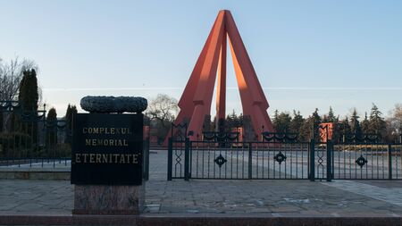 CHISINAU, MOLDOVA - 22 DECEMBER, 2016: Entrance of the Memorial Complex area dedicated to the victims of the Eastern Front of the Second World War. 新聞圖片
