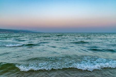 Vagues sur la plage au coucher du soleil à Sunny Beach sur la côte de la mer Noire en Bulgarie.