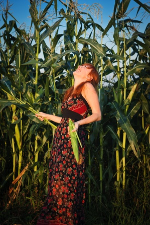 Red-haired girl having a laugh in a field of corn 版權商用圖片