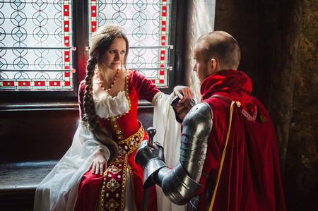 espadas medievales: Un caballero joven que hace la promesa a su dama de coraz�n. Foto de archivo