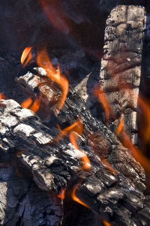 smoldering: Closeup of the wood burns on fire