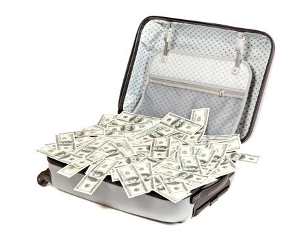 mucho dinero: gran cantidad de dinero en una maleta aislados en blanco
