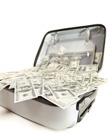 mucho dinero: gran cantidad de dinero en una maleta abierta aislados en blanco