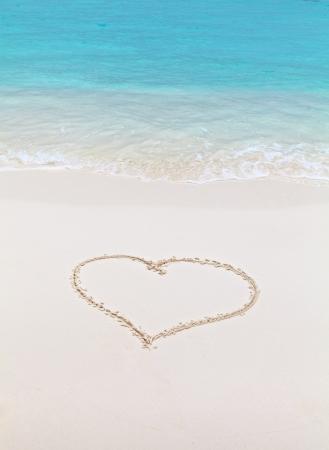 corazones azules: Coraz�n dibujado en la arena en la playa
