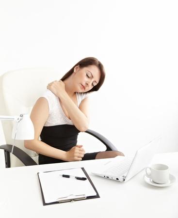 douleur main: Femme d'affaires avec maux de dos apr�s un long travail sur la chaise