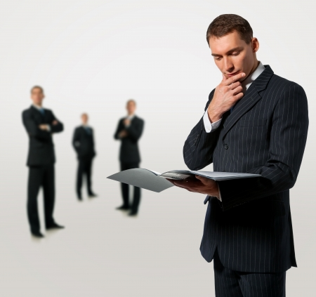contrato de trabajo: De negocios que sostiene la carpeta con los documentos