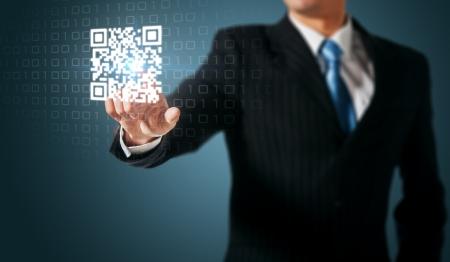 codigos de barra: El hombre empujando código QR Foto de archivo
