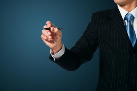 hombre escribiendo: Escritura hombre de negocios, dibujar en la pantalla Foto de archivo