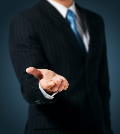 dando la mano: Hombre de negocios con la mano vacía