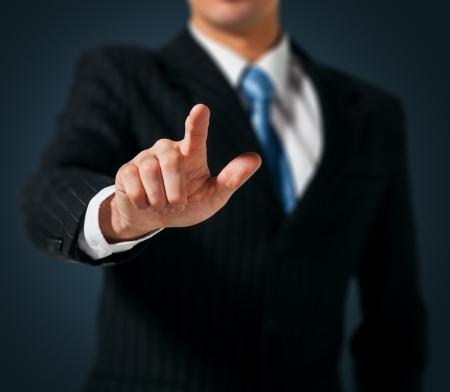 hombre empujando: El hombre empujando una interfaz de pantalla t�ctil Foto de archivo