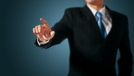 dedo: Hombre que empuja en una interfaz de pantalla t�ctil Foto de archivo