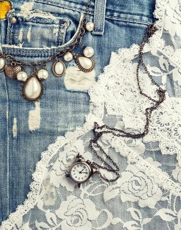 mezclilla: fondo retro con joyería de la vendimia y textura pantalones vaqueros Foto de archivo