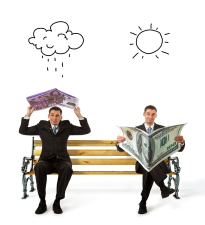 Les gens d'affaires assis sur un banc avec de la monnaie dans les mains Banque d'images
