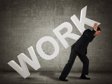 hard worker: Uomo d'affari che porta la parola lavoro