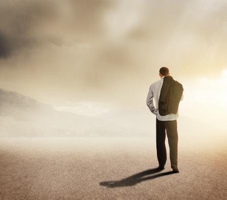 route desert: Homme d'affaires marchant sur la route