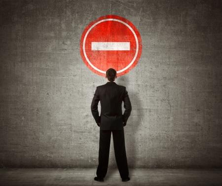 defini��o: Empresário de pé na frente de nenhum sinal da entrada