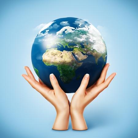 holding globe: Globo nelle mani delle donne. Planet