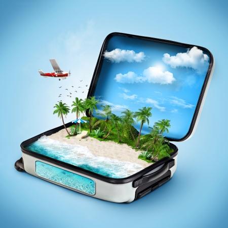 reizen: Open koffer met een tropisch eiland binnen. Reizend Stockfoto