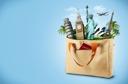 turismo: Ilustración de una bolsa llena de monumento famoso con pasaporte de viaje
