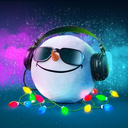 Grappig sneeuwbal in de hoofdtelefoon kerstfeest Muzikale Achtergrond Stockfoto