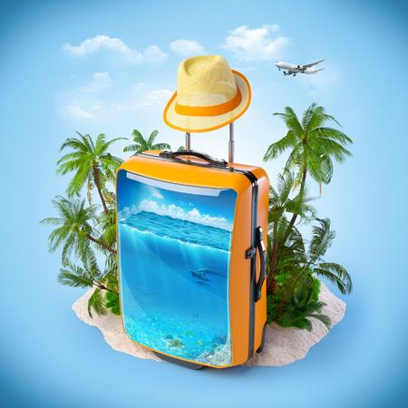 中、海と荷物のスーツケース。熱帯の背景。旅行 写真素材