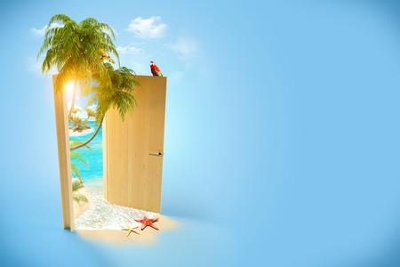 旅行バック グラウンドの熱帯の楽園への扉
