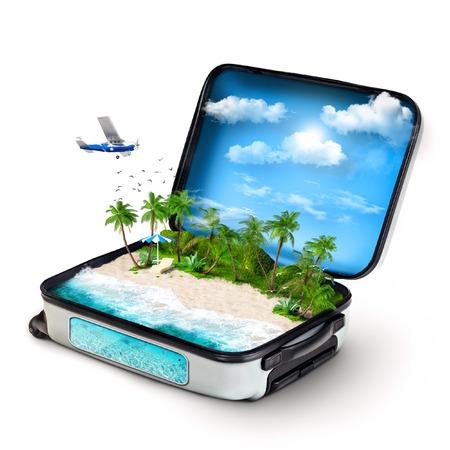 熱帯の島の中で開いているスーツケース