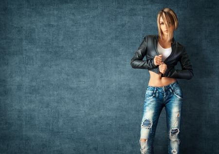 그런 지 배경에 최신 유행의 옷에있는 섹시 한 젊은 여자