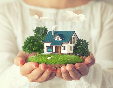 Kleine fantastisch eiland met een huis en achtertuin bij vrouwen Stockfoto