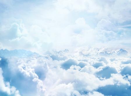 구름과 산 봉우리와 구름 환상적인 배경 위에 스톡 콘텐츠