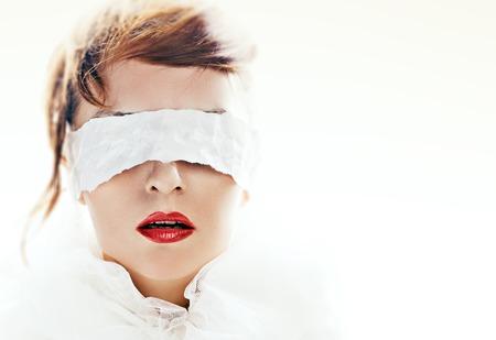 매력적인 여자의 초상화는 흰 종이 리본으로 눈을 가린