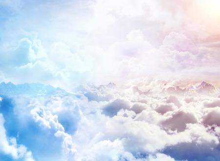 구름을 통해. 구름과 산 봉우리와 환상적인 배경