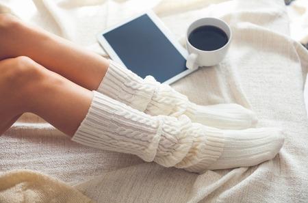 Weiche Foto von Frau auf dem Bett mit Tablett und Tasse Kaffee, Ansicht von oben Punkt