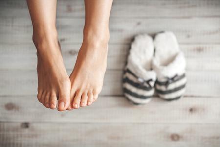 Foto suave dos pés da mulher com chinelos, ponto de vista superior Imagens