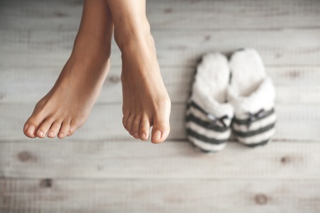 Zachte foto van de vrouw voeten met slippers, bovenaanzicht punt Stockfoto