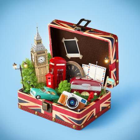 Caja abierta con la bandera y famosos monumentos británicos de Londres en el interior. Concepto de viaje inusual. Foto de archivo