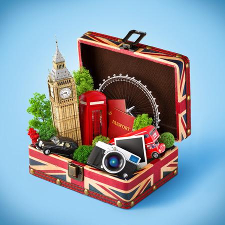 viaggi: Scatola aperta con bandiera britannica e famosi monumenti di Londra all'interno. Concetto di viaggio insolito.