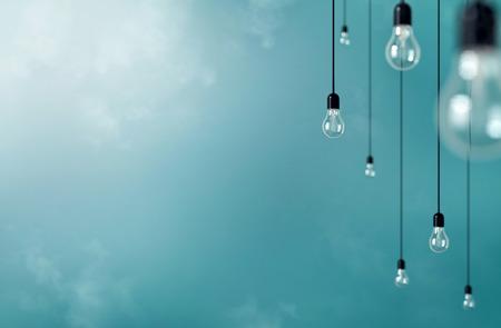 Foto von hängenden Glühbirnen mit Schärfentiefe. Moderne Kunst Lizenzfreie Bilder
