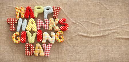 Herbst Thanksgiving Day Zusammensetzung mit handgemachten Text auf Leinwand Hintergrund. Ungewöhnliche Thanksgiving Day Illustration. Aufsicht Lizenzfreie Bilder